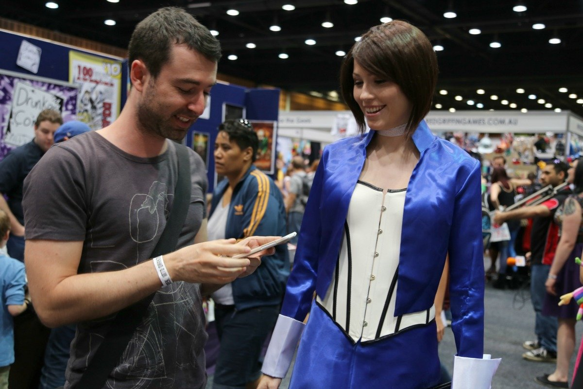 Yaro Talking To A Cosplayer At A Comic Con